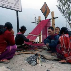 Tissage en bord de route (Village de Lipakphu)