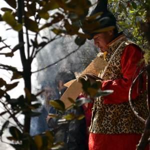 Le Dongba He Jixian chante le dernier manuscrit rituel de la cérémonie naxi du sacrifice du ciel (Wumu)