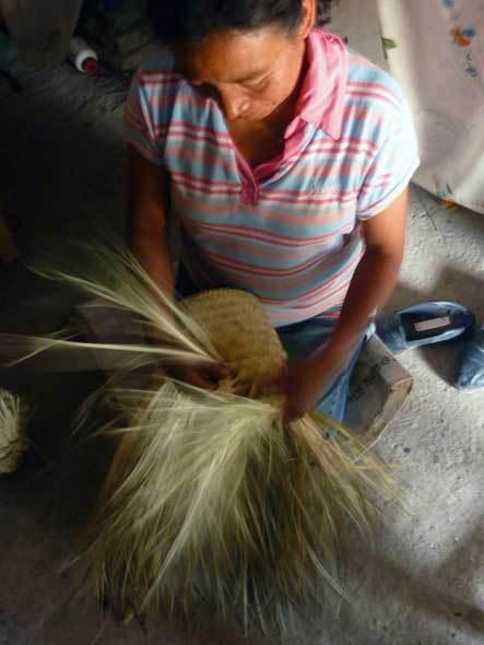 Femme ixcatèque tressant un chapeau de palme (Santa María Ixcatlán)