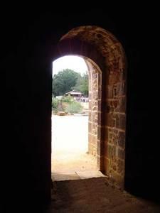 Porte médiévale menant à une autre époque ? (Guédelon)