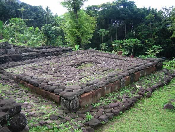 « Paepae », aire sacrée traditionnelle (île de Hiva Oa, Marquises, Polynésie)