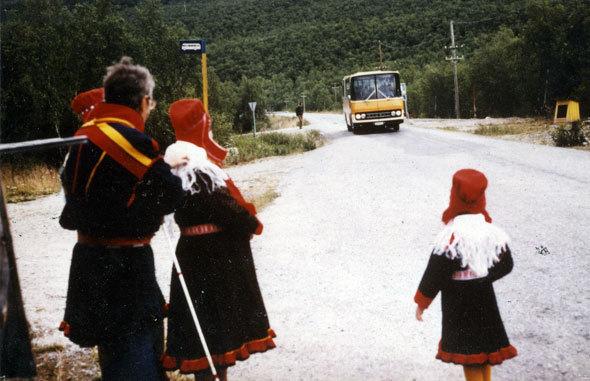 Aslat, Máret et Maiju attendent le car postal au village de Veahčat-Vetsikko (Vallée du Deatnu)