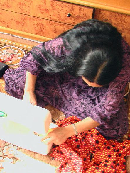 Femme rom en train de coudre une jupe (Xanthi)