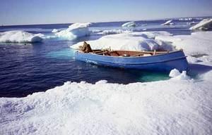 """""""Pause-café"""" lors d'une chasse aux mammifères marins au milieu de la banquise disloquée à la mi-août (bassin Foxe, au nord de la baie d'Hudson)"""