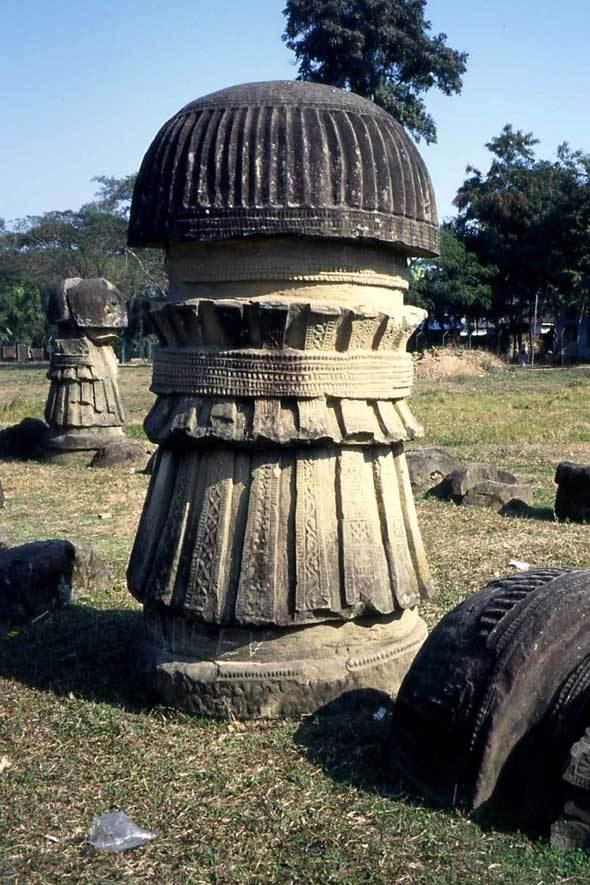 Pilier sculpté, Dimapur (Nagaland)
